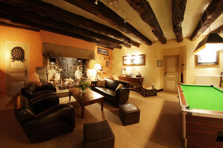 Le manoir de l 39 alleu chambre d 39 h tes salon for Billard salon